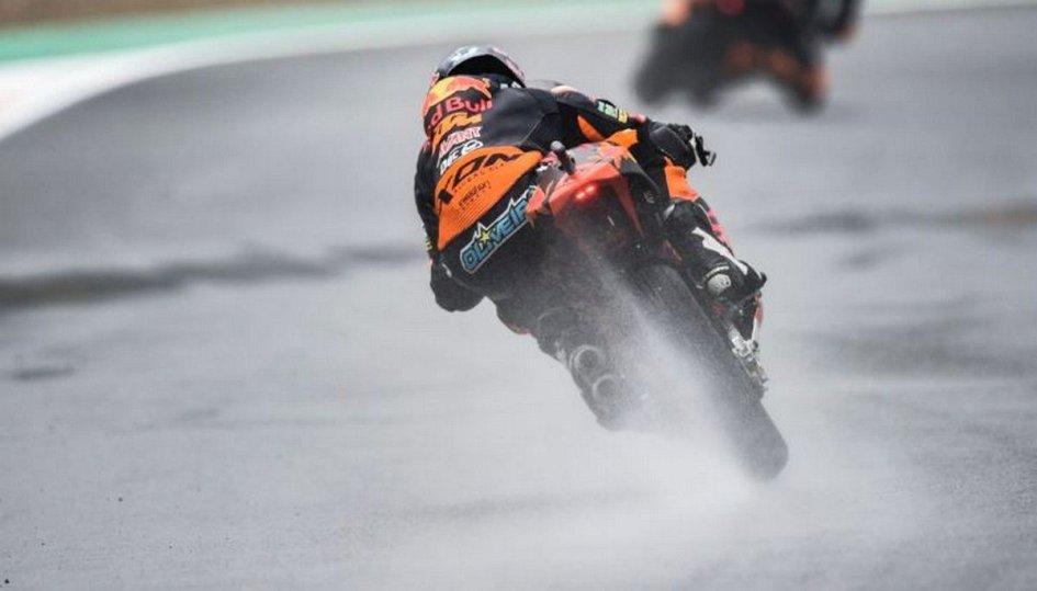 Moto2: Pioggia di cadute a Valencia, Oliveira torna al successo