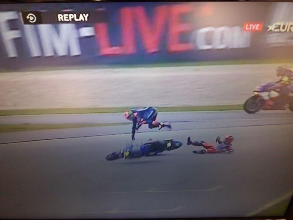 SBK: 8 Ore Sepang, CLAMOROSO: Di Meglio centra van der Mark e la Yamaha è fuori!