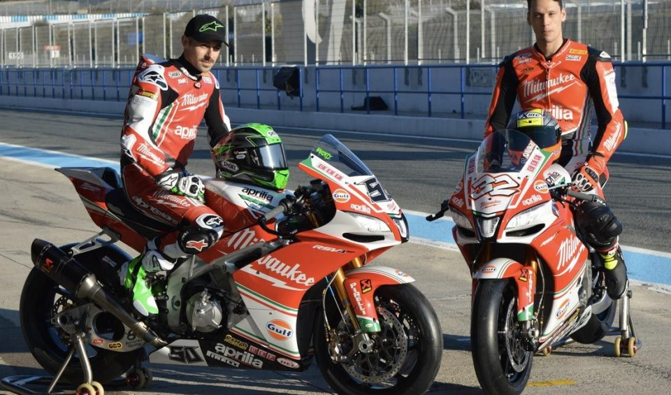 In Jerez Lorenzo Savadori and Eugene Laverty show off the new colours of the Aprilia before the red lights go out