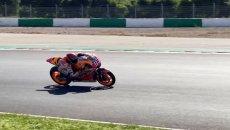 MotoGP: Video - Marquez già di traverso: l'ultima curva a Portimao