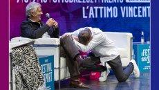 MotoGP: Max Biaggi on his knees in front of Giacomo Agostini in Trento