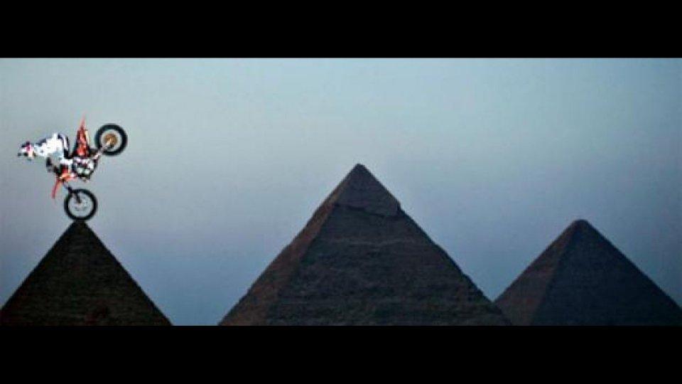 Moto - News: Red Bull X-Fighters tra le Piramidi di Giza