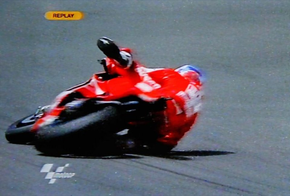 Moto - News: MotoGP libere 1: Stoner cade. Ma è il migliore
