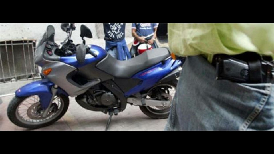 Moto - News: Roma: polizia in moto, ma in abiti civili...
