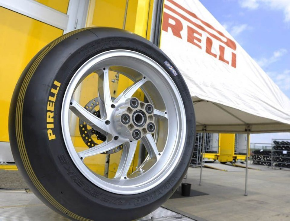 Moto - News: Nuovo look per le Pirelli Superpole