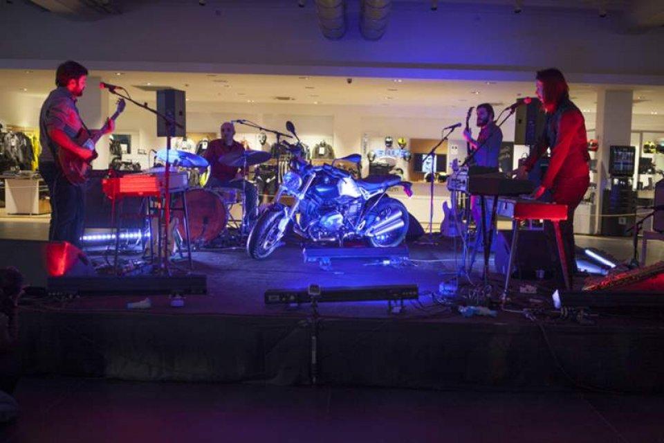 Moto - News: BMW celebra la R Nine T a suon di Rock