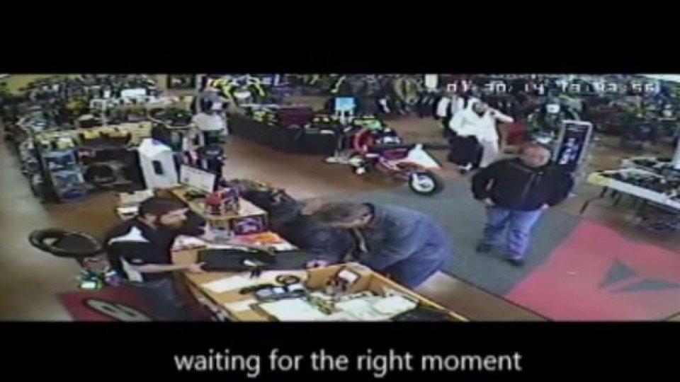 Moto - News: Ruba una giacca Dainese e investe il commesso - VIDEO