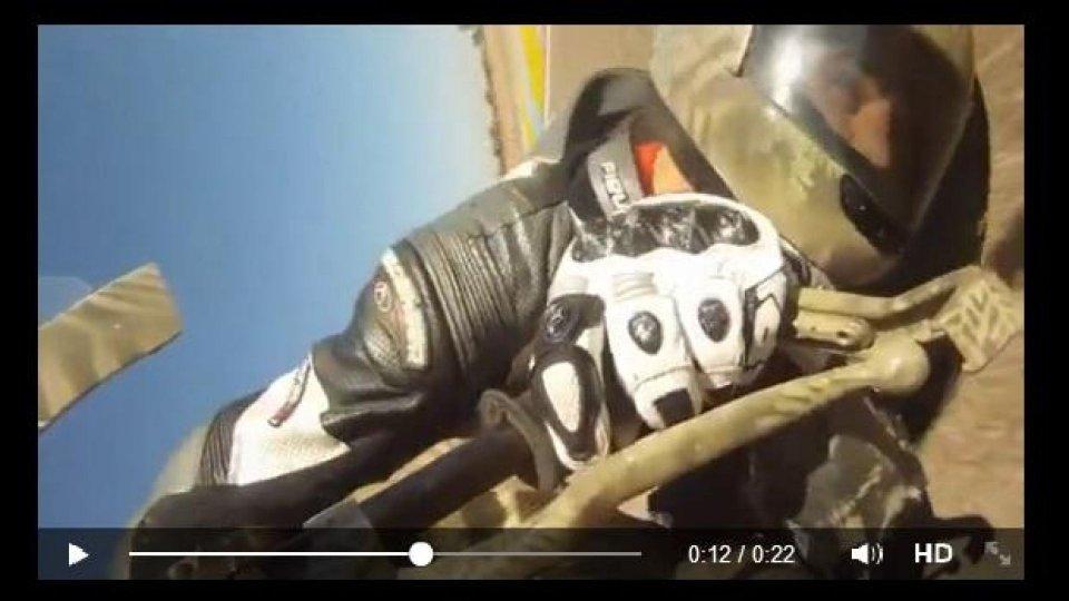 Moto - News: Motociclista in piega tocca con il casco! - VIDEO