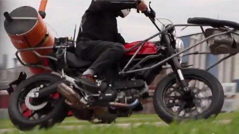 Moto - News: Ducati Scrambler 2015: un video spia ne mostra le linee