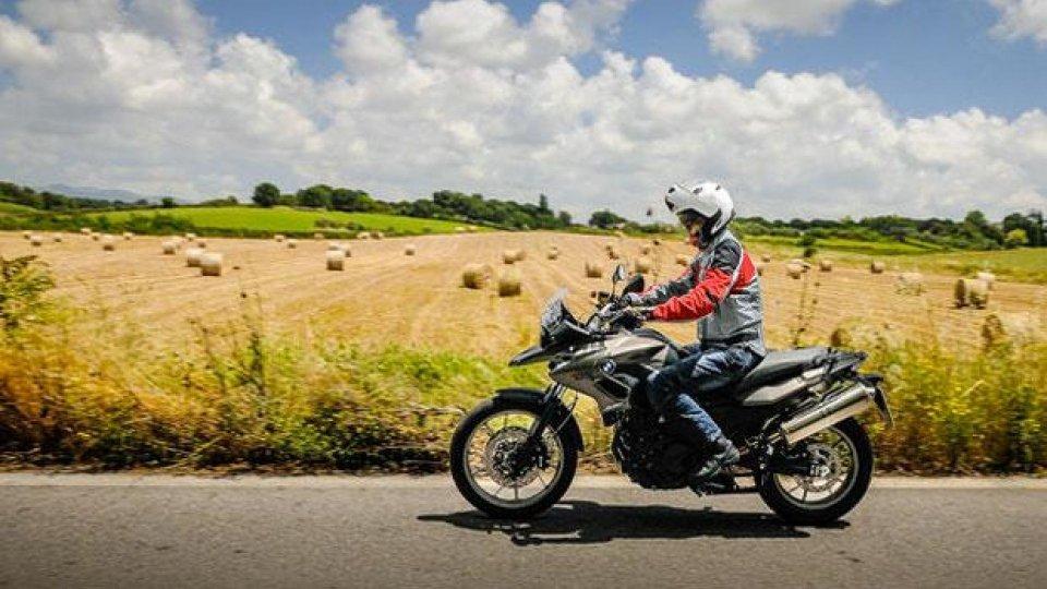 Moto - News: Automobilista investe motociclista, lo insulta e scappa: colpevole!