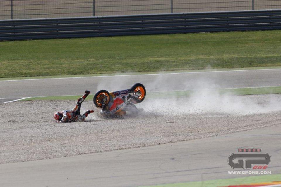 La caduta di Marquez in gara nel GP di Aragon