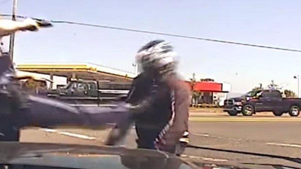 Moto - News: Poliziotto prende a calci motociclista: 181.000 dollari di risarcimento [VIDEO]