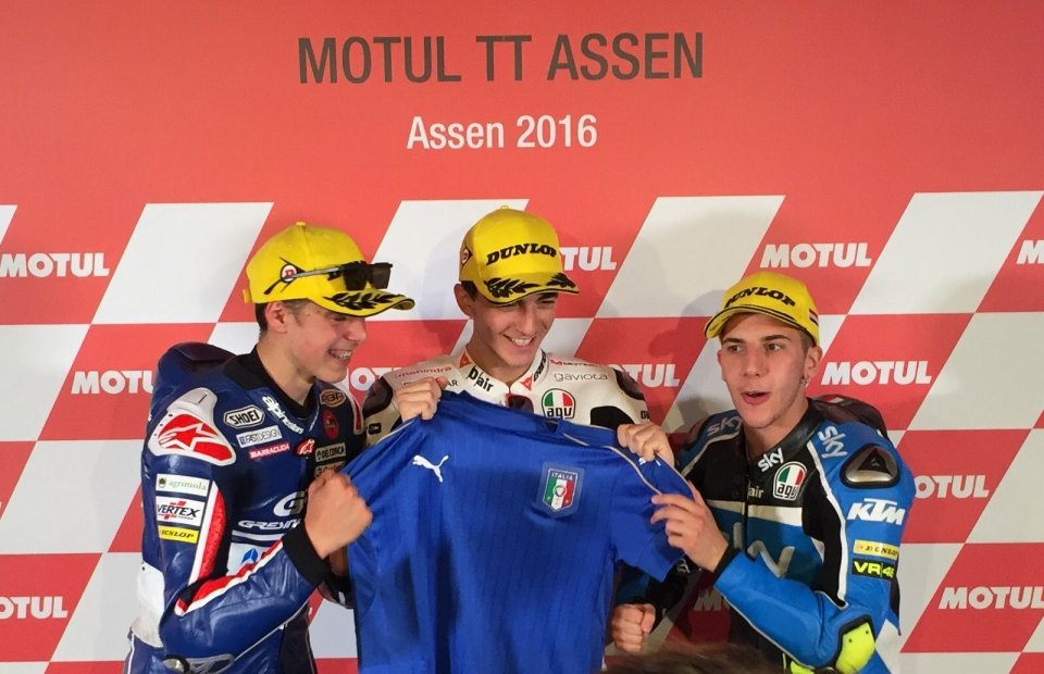 Bagnaia, Di Giannantonio and Migno sing the Italian anthem