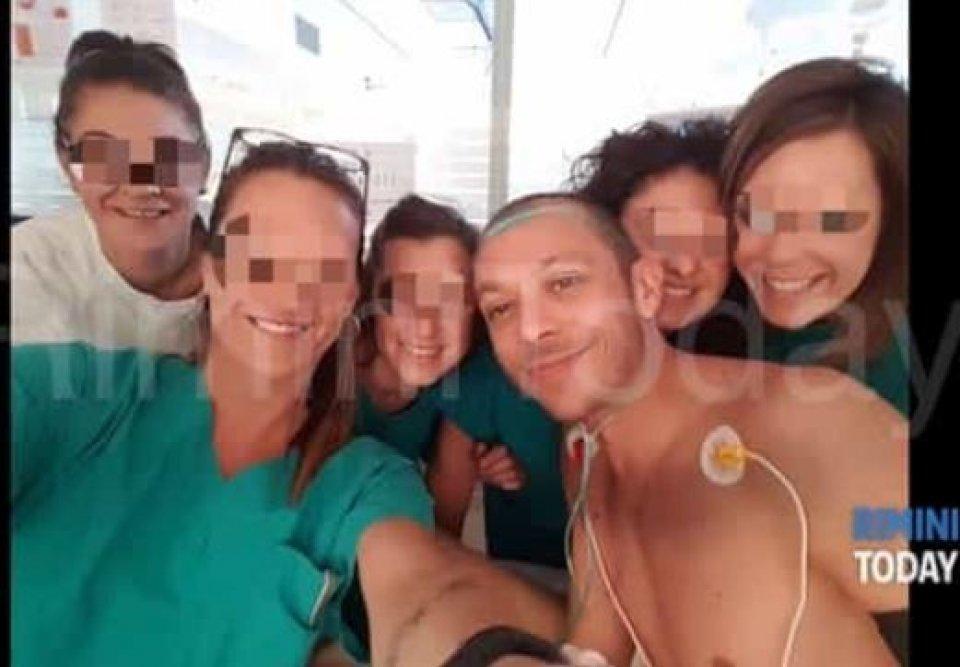 News: Sto bene: e Vale Rossi si scatta un selfie con le infermiere