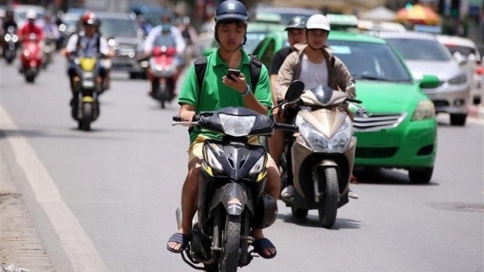 Moto - News: Smartphone alla guida, la batosta vale anche per le due ruote