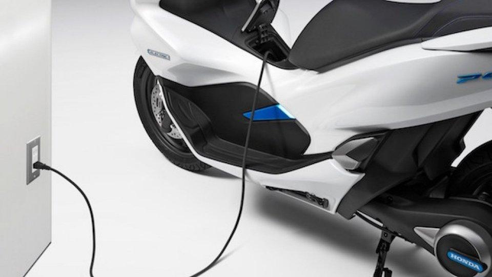 Moto - News: Honda PCX hybrid ed electric, gli scooter del futuro