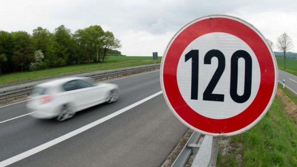 Moto - News: Cartello con limite di velocità: deve esserci sia prima sia dopo l'incrocio