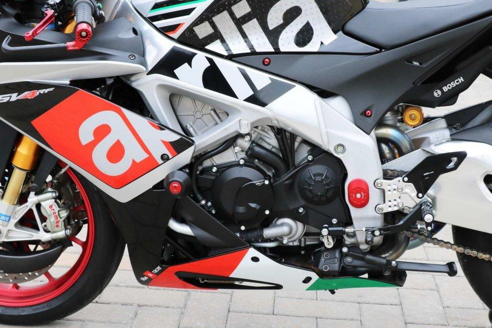 """Moto - News: Aprilia RSV4: le """"cure"""" di CNC Racing, con l'accessorio giusto"""