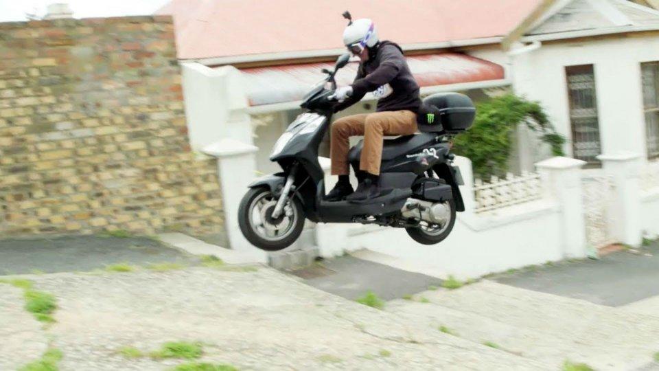 Moto - News: Nitro Circus: quando lo stunt si fa con lo scooter a noleggio [VIDEO]