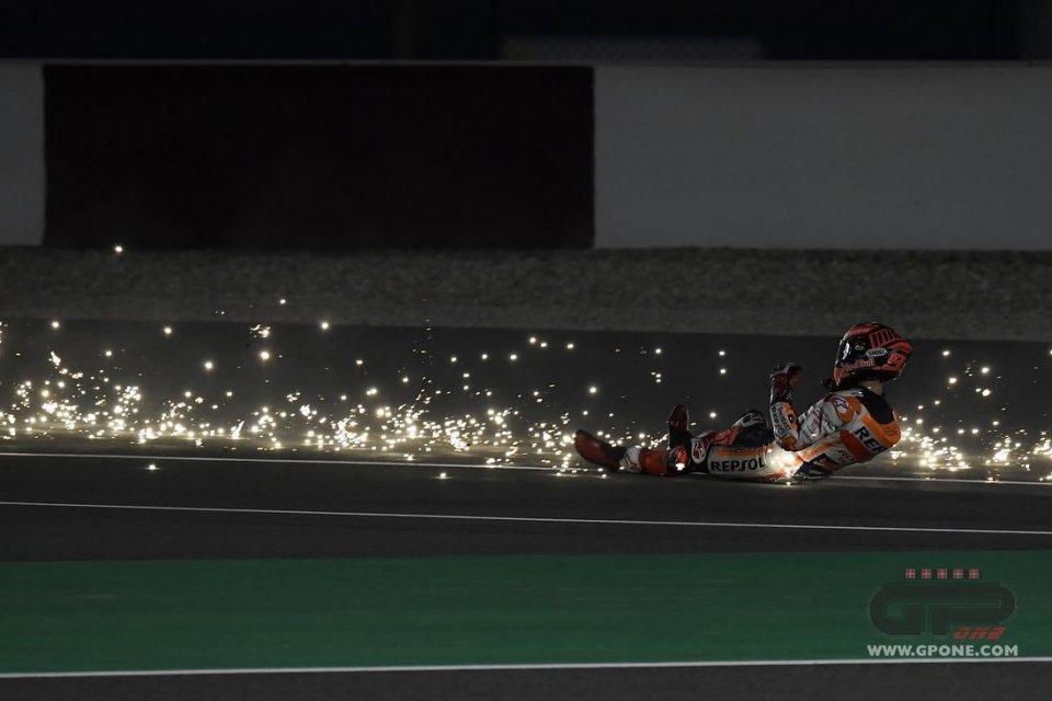 MotoGP: Polvere di stelle: la caduta di Marc Marquez nei test in Qatar