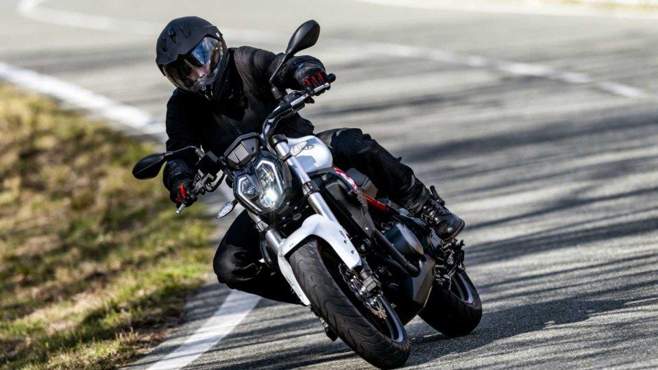 """Moto - News: Benelli 302S, la naked """"media"""" arriva nelle concessionarie"""