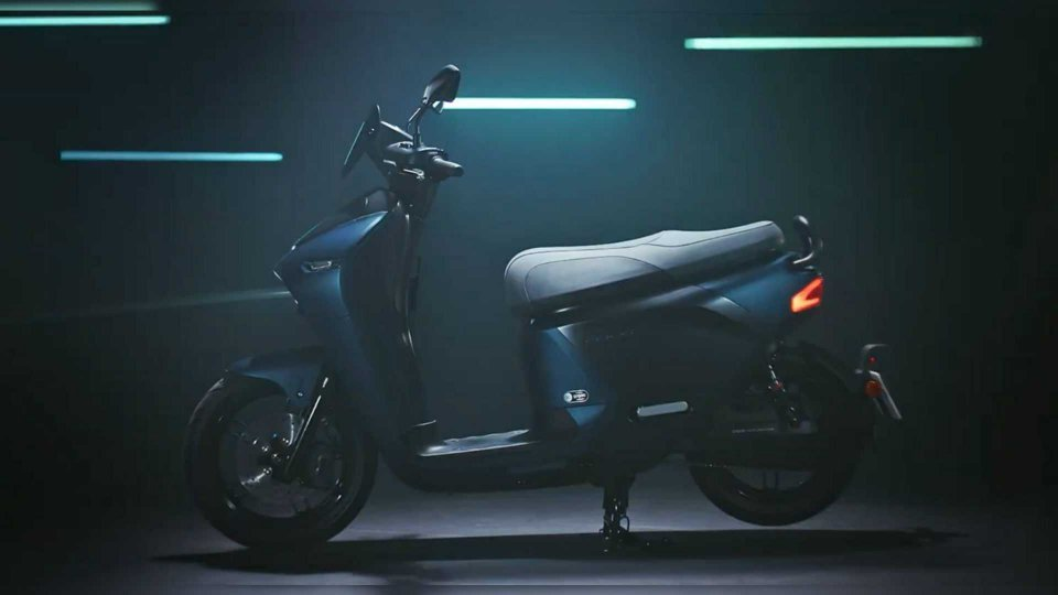 Moto - News: Yamaha EC-05, E-scooter con batterie intercambiabili [VIDEO]