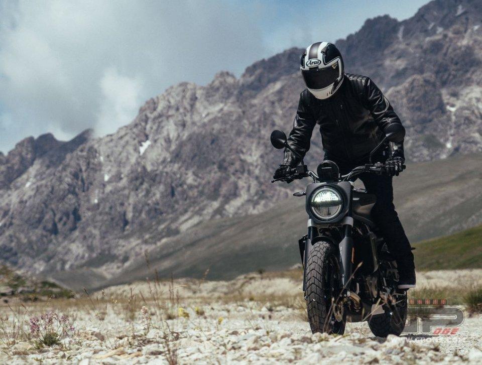 Moto - News: Svartpilen 701: da zero a ritiro della patente in tre secondi. Con stile