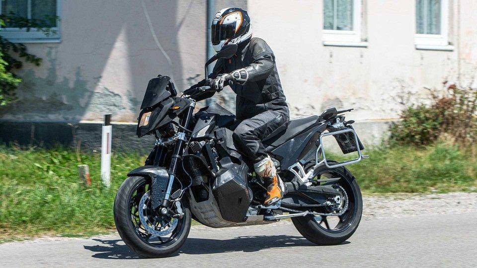 Moto - News: La nuova KTM Supermoto 890 sorpresa turante i test