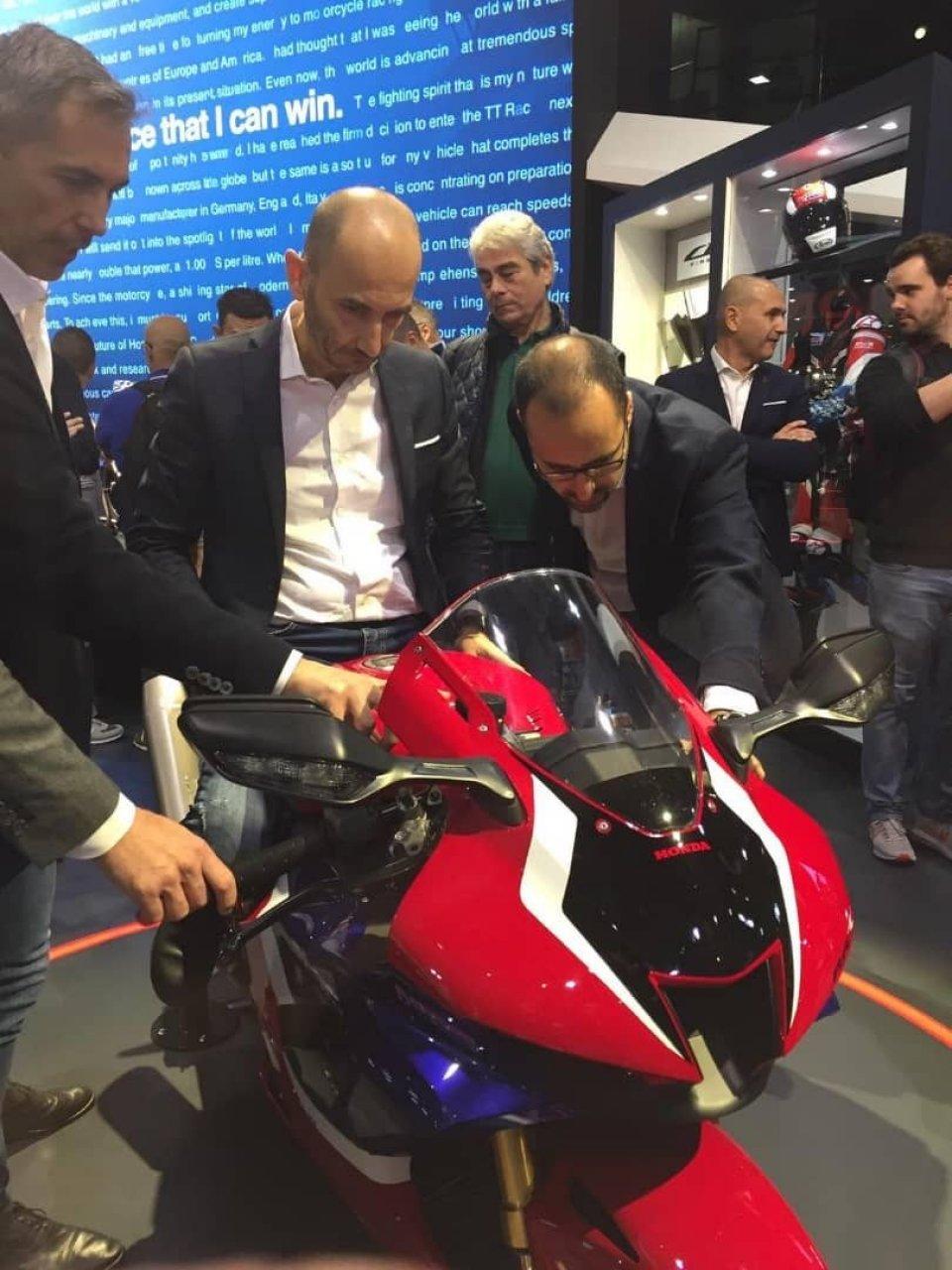 EICMA: Domenicali 'prova' la nuova Honda CBR 1000 RR-R ad Eicma