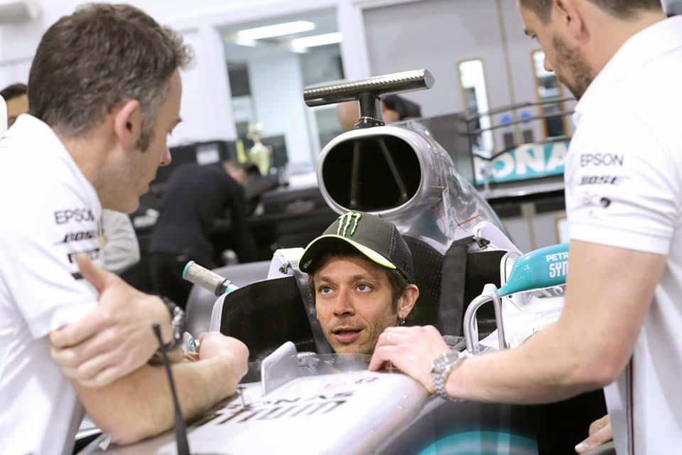 """MotoGP: Rossi già sulla Mercedes di Hamilton: """"Lewis, ci divertiremo"""""""