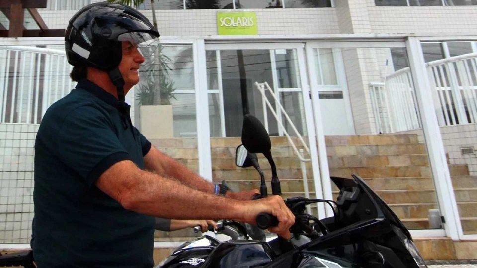 Moto - News: Brasile: il presidente Bolsonaro in moto, ma con il casco slacciato