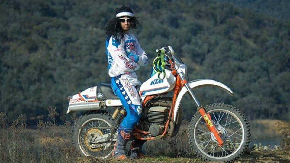 Moto - News: Enduro e nostalgia anni 80 in un cortometraggio tutto da ridere [VIDEO]