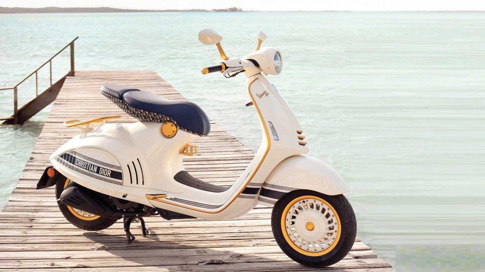 """Moto - News: Vespa 946 Christian Dior, lo scooter """"griffato"""" che unisce due icone"""