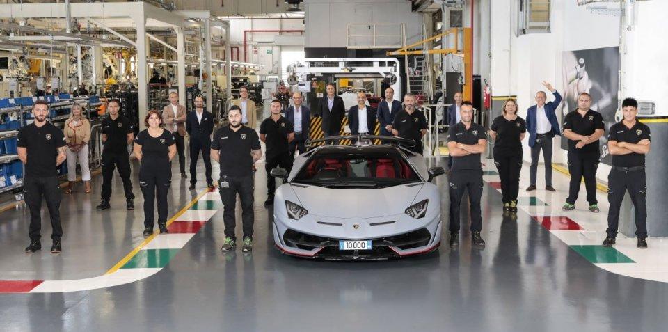 Auto - News: Lamborghini: la Aventador non teme la crisi e festeggia quota 10 mila!