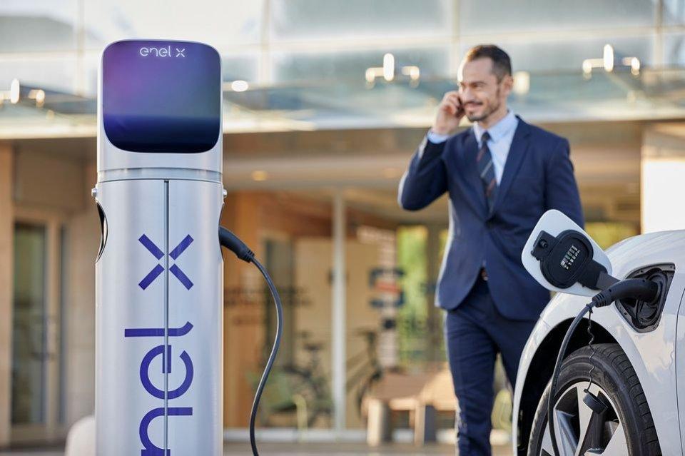 Auto - News: Auto elettriche: dopo la ricarica alle colonnine, il parcheggio si paga