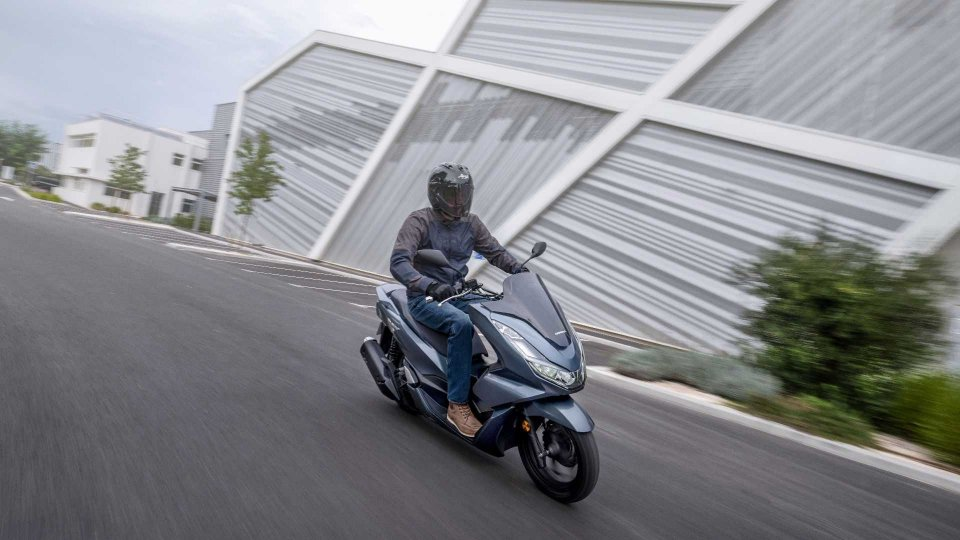 Moto - News: Honda PCX 125, nuovo ma sempre lo stesso