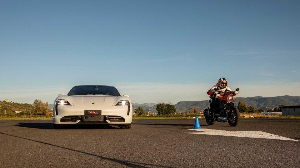 Moto - News: Harley-Davidson LiveWire vs Porsche Taycan: la drag full electric