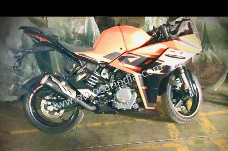 Moto - News: KTM RC 390 2022: beccata! La fotospia della versione definitiva