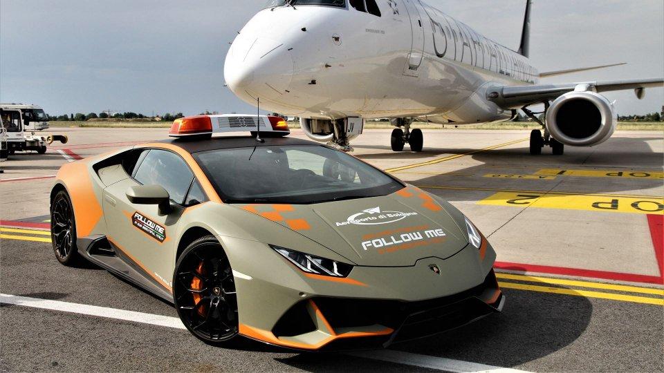 Auto - News: Lamborghini Huracán Evo Follow Me: a Bologna sfreccia con gli aerei