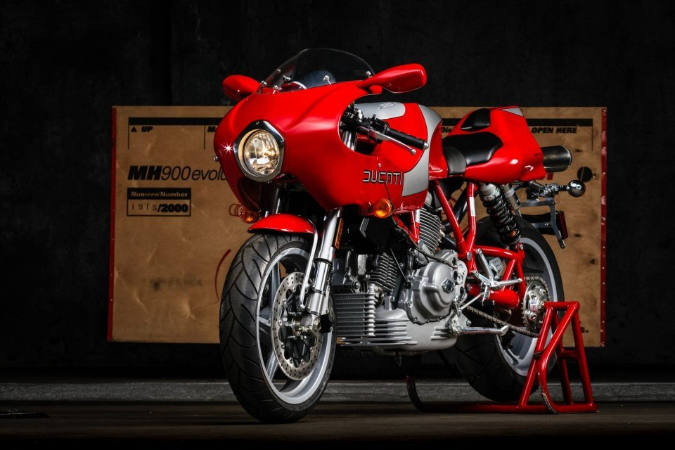 Moto - News: A Ducati MH900 up for auction: the dream jewel dedicated to Mike Hailwood