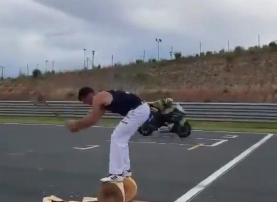SBK: Navarra: Rea a 300 km/h all'ora incrocia un tagliaboschi in rettilineo!