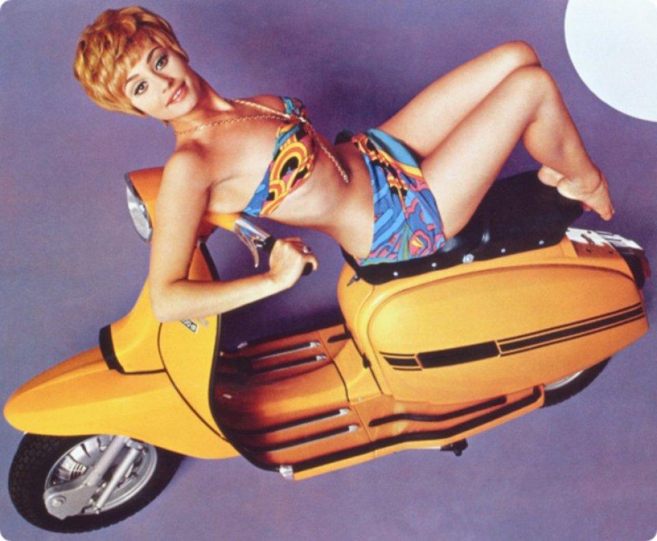 Moto - News: Raffaella Carrà, the blond bob that became a motorcycle icon