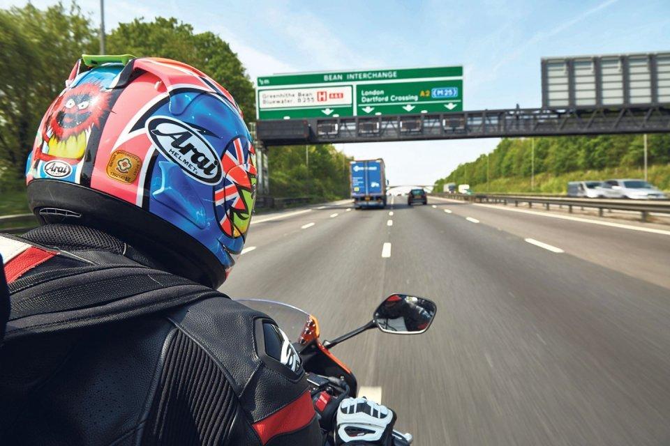 Moto - News: Nel Regno Unito da oggi i motociclisti viaggeranno più sicuri