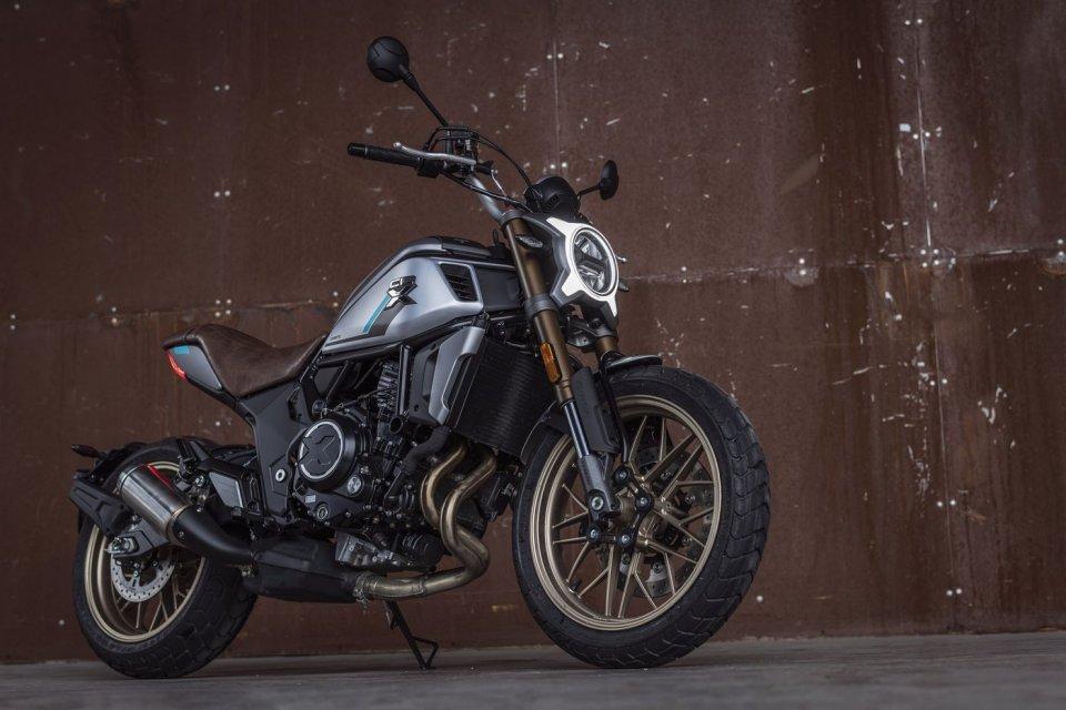 "Moto - News: CFMoto 700 CL-X Heritage, la modern-classic media ""anti-jap"""
