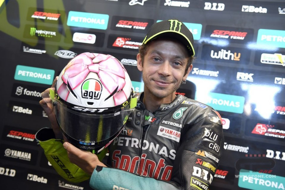 MotoGP: PHOTOS AND VIDEO - Pink bow for Valentino: here is the helmet of Misano