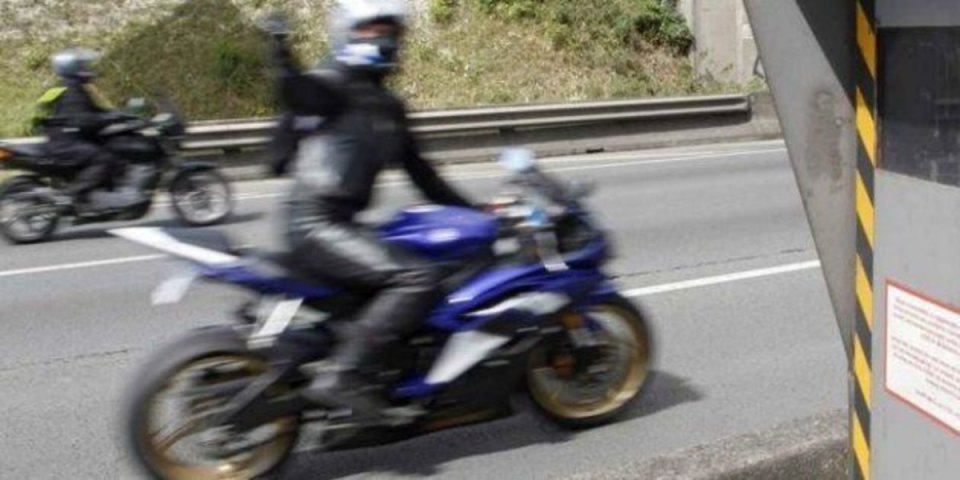Moto - News: Ecco perché coprire la targa davanti al velox non è un'idea geniale