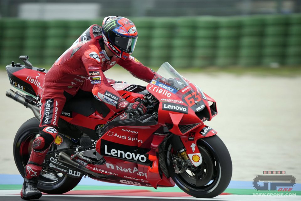MotoGP: Super Bagnaia: terza pole consecutiva! Ad Austin Quartararo scatta 2°, Marquez 3°