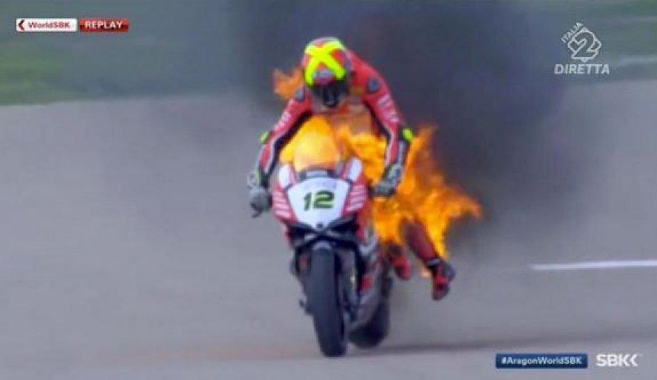 Paura Forés, la sua Ducati prende fuoco