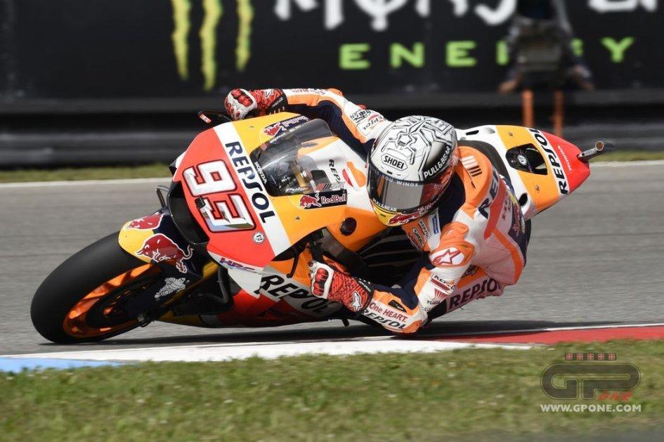 MotoGP: Marquez, pole di misura su Rossi a Brno