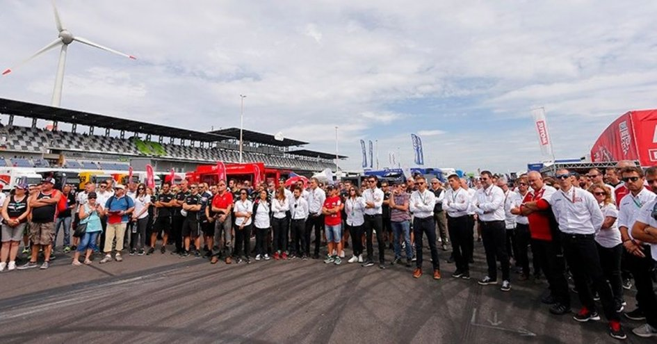 SBK: Superbike stops to remember the Barcelona victims